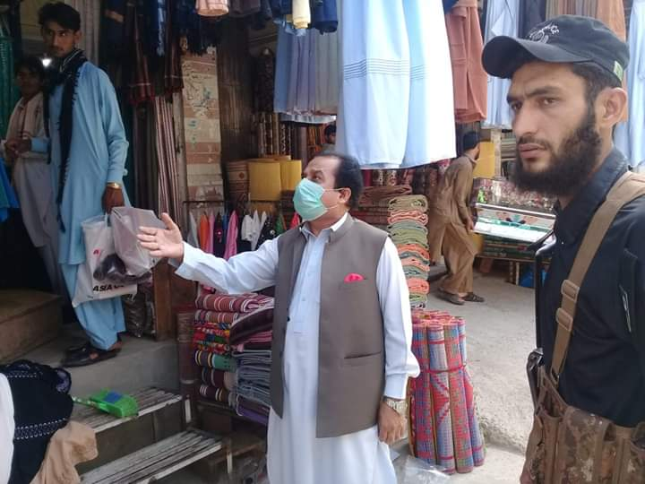 ڈپٹی کمشنر کوھاٹ کیپٹن ریٹائرڈ عبدالرحمن کا کوہاٹ کے بازاروں کا دورہ