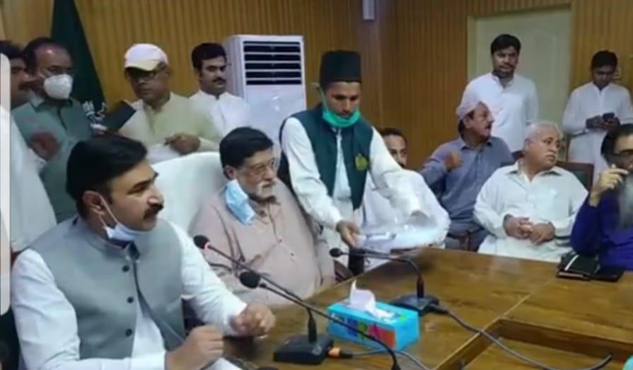 جیکب آباد میں وفاقی وزیر نجکاری محمد میاں سومرو اور ڈپٹی کمشنر غضنفر علی قادری کی صدارت میں ڈی سی آفس میں اجلاس منعقد
