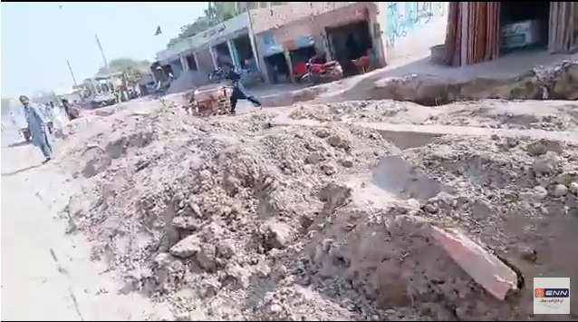 بھٹی چوک اللہ آبادمیں سڑک کنارے پانی کی پائپ لائن بچھانے کا کام مکمل کیا جائے