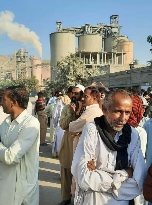 پنڈدادنخان پائنیر سمنٹ فیکٹری قاہد آباد ملازمین کا احتجاج
