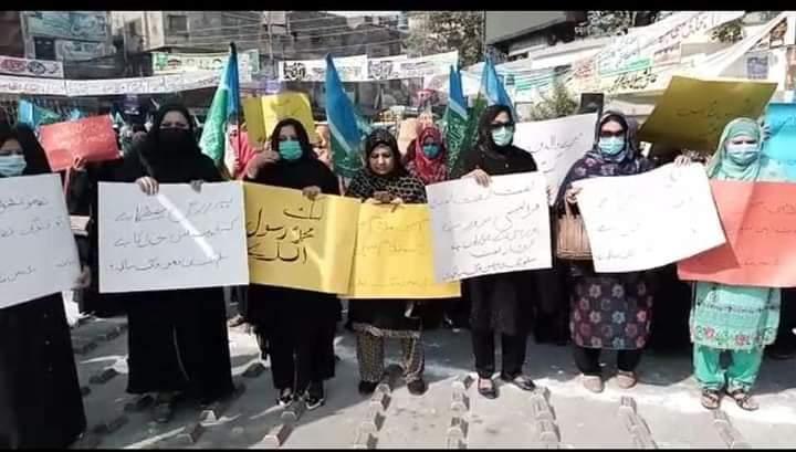 سیالکوٹ: گستاخانہ خاکوں کیخلاف جماعت اسلامی خوتین ونگ کا علامہ اقبال چوک میں احتجاج