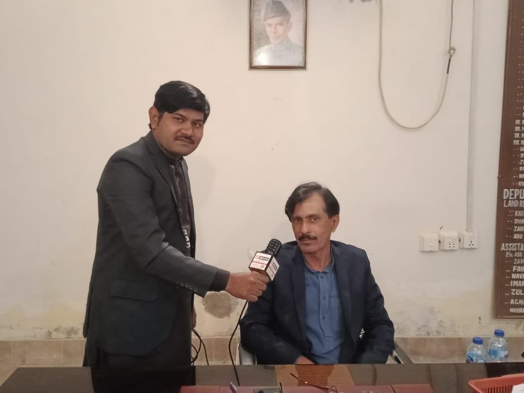 کھپرو اسسٹنٹ کمشنر سید علی اصغر شاہ  صحافی  عبید اللہ خان ای این این  نیوز رپوٹر کی ملاقات شہر کے حوالے سے بات چیت