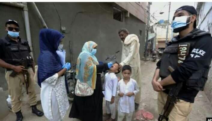پاکستان کے صوبے خیبر پختونخوا کے جنوبی ضلع کرک میں انسدادِ پولیو ٹیم پر حملے کے نتیجے میں عملے کی سیکیورٹی پر مامور پولیس اہلکار ہلاک ہو گیا