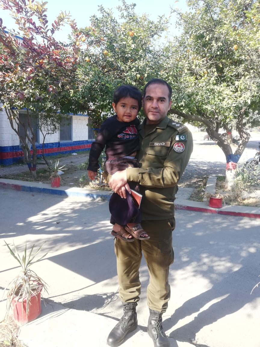 ایس ایچ او ارشد محمود نے گمشدہ  بچے کو والدین کے حوالے کر دیا