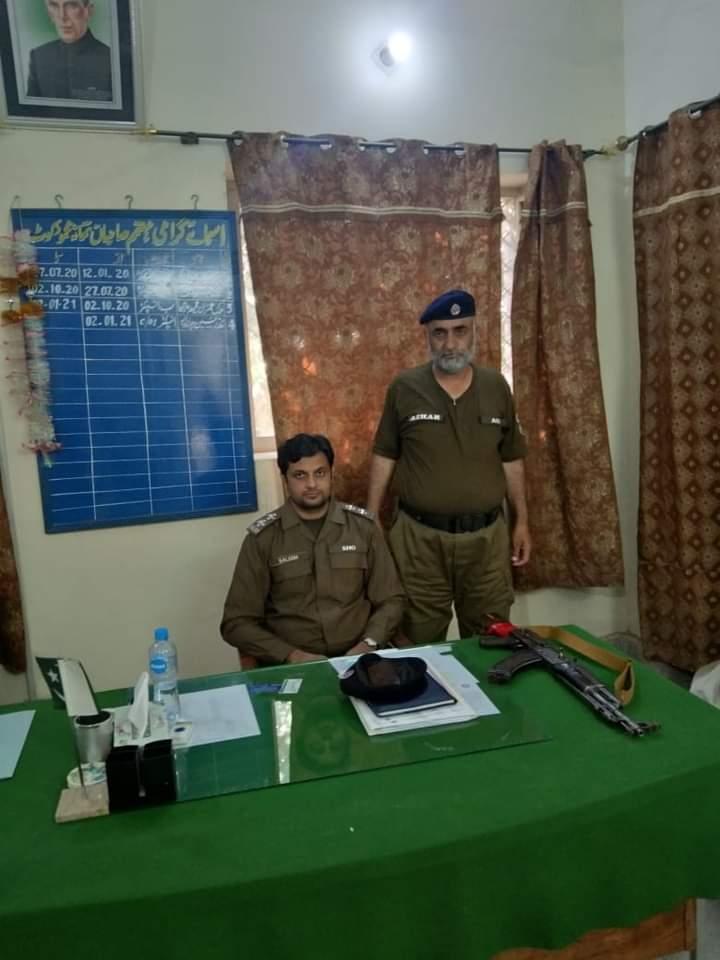 مظفرگڑھ : ایس ایچ او تھانہ محمود کوٹ  ملک سلیم حسن کی پولیس ٹیم کے ہمراہ جرائم پیشہ عناصر کیخلاف کاروائی