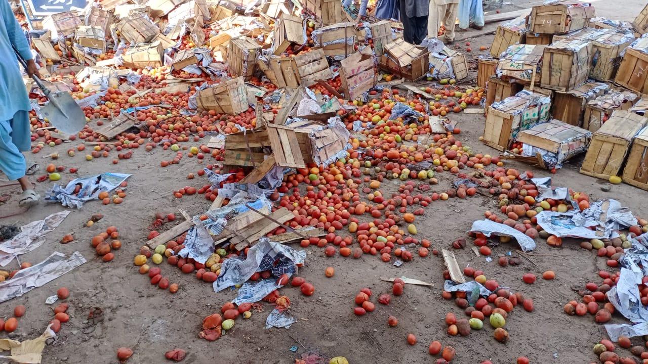 وندر شہر میں ٹماٹر سے لوڈ کارگو الٹ گیا