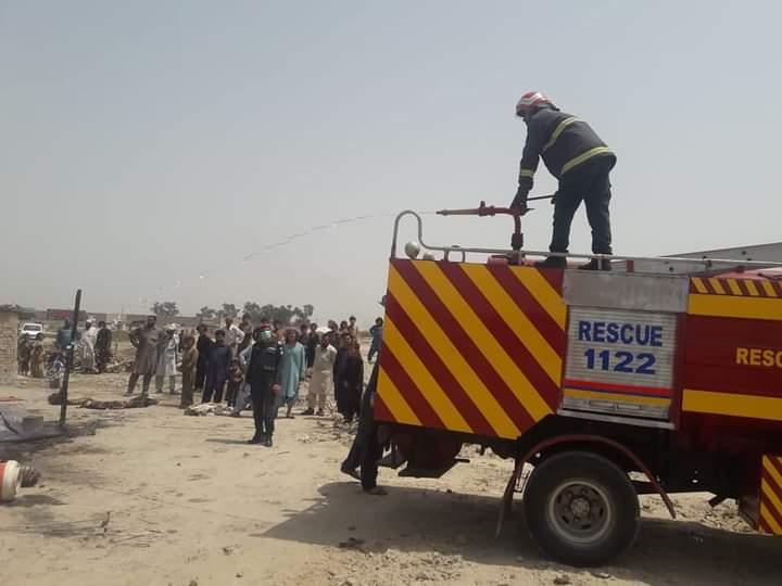 قومی شاہراہ پر نواب پٹرولیم کے نزدیک جھونپڑی کو آگ لگنے سے سامان جل کر راکھ