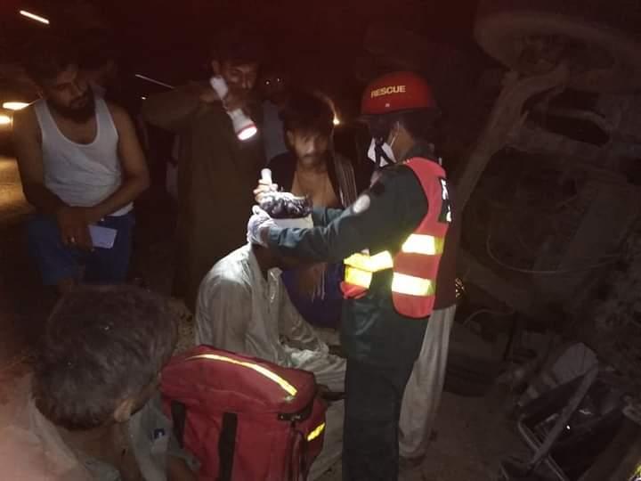 خان پور : قومی شاہراہ اڈہ خورشید آباد کے قریب کنٹینر الٹ گیا : ریسکیو