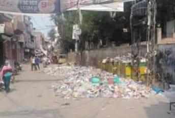 شاہدرہ ٹاؤن قبرستان کے باہر گندگی کا ڈھیر