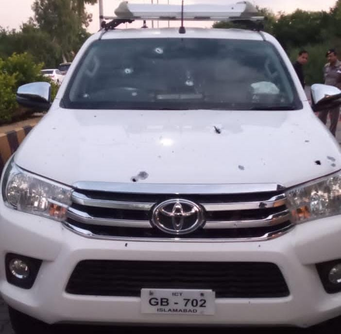 تھانہ نصیر آباد کے علاقہ فتح جنگ انٹر چینج پر ایڈیشنل آئی جی موٹروے کی گاڑی پر فائرنگ